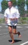 Respect des appuis et des axes physiologiques : le corps est réactif, le coureur est concentré sur ses sensations et peut ainsi adapter sa gestuelle en temps réel (démonstration presse).
